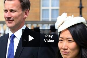 """""""제 아내는 일본인, 아니 중국인입니다"""" 헌트 英 외무장관의 말실수"""