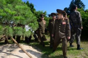[포토] 남북정상회담 기념 소나무 살펴보는 北 안익산