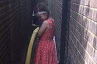 4m 거대 비단구렁이와 노는 5살 소녀