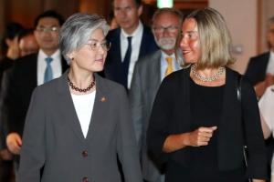 미소 짓는 한·EU 외교장관