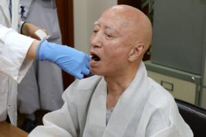 은처자 의혹 설정 스님, 유전자검사용 세포 채취