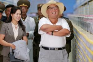 김정은도 더웠나…망사모자에 흰 반팔 차림으로 공장 시찰