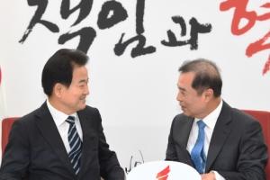 [서울포토] 정동영 대표와 대화하는 김병준 비대위원장