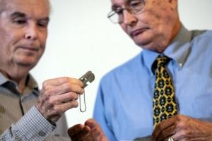 68년 만에 두 아들에게 전해진 美 참전용사 아버지의 '군번줄'