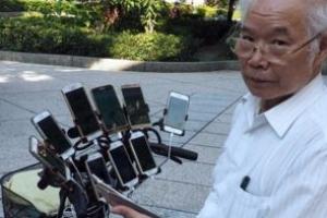 자전거에 11대 스마트폰 포케몬고 즐기는 대만 할배
