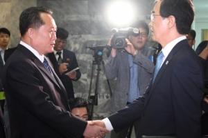 [서울포토] '남북 고위급회담' 손 잡은 조명균-리선권