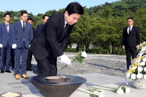[포토] 故 노무현 전 대통령 묘역 찾은 김진표 의원