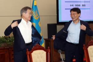 [서울포토] 회의시작 전 겉옷 벗는 문재인 대통령