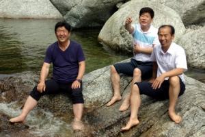 [포토] '시원하다~' 묘향산 계곡에서 피서 즐기는 방북단