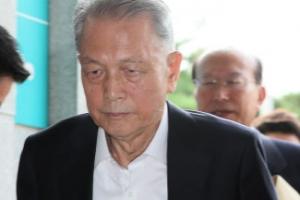 김기춘, 석방 8일 만에 검찰 출석…재판거래 의혹에 묵묵부답