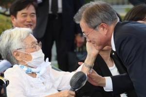 [포토] '대통령 얼굴 어루만지는' 김경애 할머니