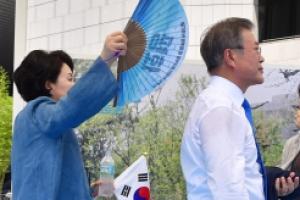 [포토] '열혈내조 부채질' 김정숙 여사