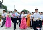 김정일 동상에 바치는 꽃…