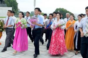 [포토] 김정일 동상에 바치는 꽃…북한의 광복절 모습