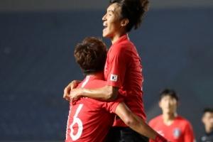 [포토] 대한민국 vs 바레인, 골 넣고 황의조에게 달려가 안기는 김진야