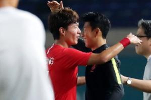 [포토] 대한민국 vs 바레인, '해트트릭' 황의조 반기는 손흥민