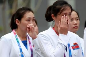 [포토] 북한 아시안게임 입촌식…인공기 게양에 눈물 흘리는 선수들