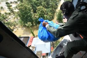 인도 100년 만의 최악 홍수.... 80만명 집 휩쓸어