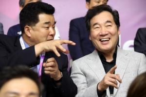 [포토] 남북 단일팀 경기 응원하는 이낙연 총리와 김일국 北 체육상