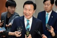 밝은 표정으로 송파을 재선거 불출마 선언하는
