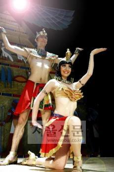 """이집트 파라오 댄스 공연을 벌이는 세르게이와 마야 커플.""""연인과 함께 해 더욱 행복하다.""""고."""
