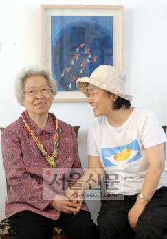 팔순 그림전을 연 한숙자(왼쪽) 할머니와 딸 오한숙희씨. 정연호기자 tpgod@seoul.co.kr