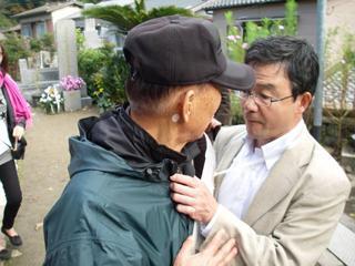 """일본 극우단체 '주권회복을 목표로 하는 모임'의 대표 니시무라 슈헤이가 쓰시마를 찾은 한국인 관광객의 멱살을 잡고 있다.니시무라는 이 한국인이 자신을 향해 """"시끄러워.""""라고 외쳤다고 주장했다. 출처: '주권회복을 목표로 하는 모임' 공식 홈페이지"""