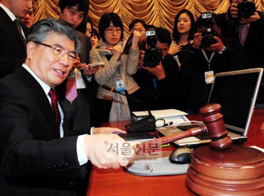 9일 김중수 한국은행 총재가 취임 후 처음으로 금융통화위원회에서 개회를 알리는 방망이를 두드리고 있다. 이날 금통위는 14개월째 기준금리를 동결해 본격적인 출구전략이 시기상조라는 메시지를 시장에 던졌다. 이언탁기자 utl@seoul.co.kr