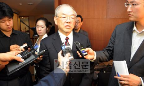 """2일 서울 소공동 웨스틴조선호텔에서 열린 한국과학기술원(KAIST) 이사회에서 압도적인 지지(찬성16, 반대2)로 연임에 성공한 서남표(가운데) 총장이 소감을 묻는 취재진의 질문에 """"잘 하라는 의미로 알겠다.""""고 답하고 있다. 손형준기자 boltagoo@seoul.co.kr"""