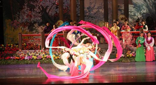 북한의 피바다가극단 무용수들이 지난 18일 밤 중국 다롄의 개발구 대극원 무대에 올려진 대형 가극 홍루몽에서 화려한 춤사위를 선보이고 있다. 선양 연합뉴스