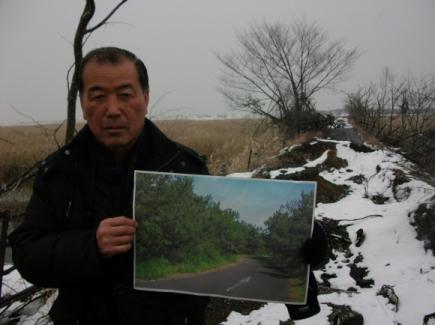 """미야기현 나토리시 기타가마에 살고 있는 스즈키 에이지는 """"해안림 식목사업을 통해 울창했던 옛 모습을 되살리겠다.""""는 뜻을 밝혔다."""