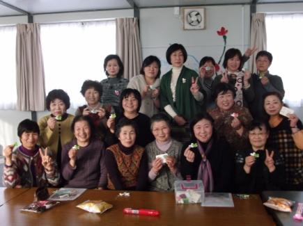 미야기현 이시노마키시 가설 주택 단지에 입주해 있는 주부들이 뜨개질로 공동 작업을 하며 서로의 아픔을 위로하고 있다.