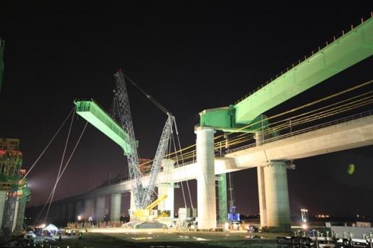 SK건설이 지난 14일 호남고속철도 오송고가 건설구간에서 경부고속철도 운행선을 횡단하는 총중량 1600t의 초대형 강철교량을 설치하고 있다. SK건설 제공