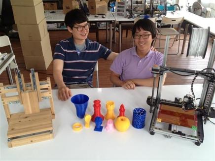 강민혁(왼쪽) 대표와 최종언 대표가 서울 중구 을지로3가 작업실에서 3D 프린터 'NP-멘델'과 결과물들을 보여주며 웃고 있다.