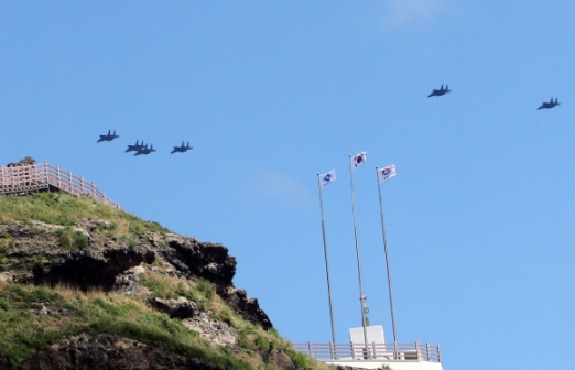 """""""독도는 잘 있다, 오버"""" 광복절을 하루 앞둔 14일 공군전투기 편대가 태극기가 휘날리는 독도 상공을 지나고 있다. 사진공동취재단"""