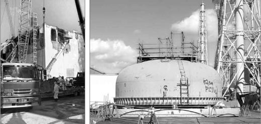 지난 12일 한국 특파원단에 공개된 일본 후쿠시마 제1원전 4호기(왼쪽) 모습. 벽에 군데군데 뚫린 구멍이 보이는 원전 위로 일본 근로자들이 크레인을 타고 올라가 연료봉을 회수하기 위한 준비 공사를 하고 있다. 4호기 근처에는 지난 8월에 꺼낸 지름 10m짜리 노란색 격납용기 뚜껑(오른쪽)이 땅바닥에 덩그러니 놓여 있다.   후쿠시마원전 공동취재단