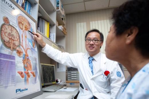 흔히 중풍으로 불리는 뇌졸중은 일단 발병하면 대부분 심각한 후유증을 남기는 무서운 질병이지만 의외로 인지도가 낮아 갈수록 환자가 늘고 있다. 사진은 배희준 교수가 환자에게 진단 결과를 설명하는 모습.
