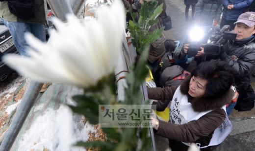 용산참사 4주기  용산참사 4주기 범국민추모위원회 회원들과 유가족들이 14일 오전 서울 한강로 옛 남일빌딩 앞에서 국민추모기간 선포 기자회견을 가진 뒤 진상 규명을 요구하는 포스터를 붙이고 있다. 정연호 기자 tpgod@seoul.co.kr