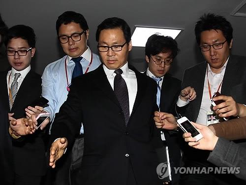 김종훈 미래창조과학부 장관 내정자가 지난4일 오전 국회 정론관에서 기자회견을 마친 후 국회를 나서며 취재진에 둘러싸여있다.