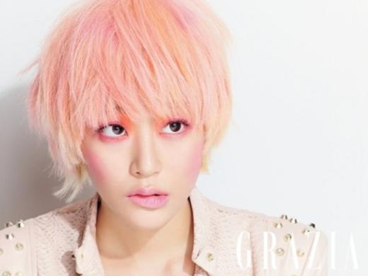 지난달 20일 창간한 대한민국 최초 격주 패션 매거진 '그라치아' 창간호에서 김효진은 핑크빛 매력을 선보였다.  그라치아 제공