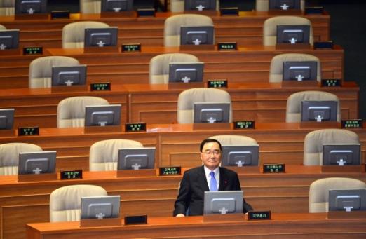 국무총리 나홀로 본회의 출석  박근혜 정부가 출범한 지 9일째인 5일까지 17개 부처 장관 가운데 단 한명도 임명되지 못한 가운데 정홍원 국무총리 혼자 국회 본회의에 출석, 국무위원석에 앉아 있다. 여야 대치로 홍역을 앓고 있는 정부조직법 개정안은 이날도 처리되지 못했다. 이호정 기자 hojeong@seoul.co.kr