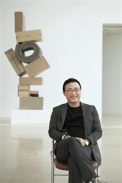 널리 알려진 로버트 인디애나의 작품 'LOVE'를 살짝 비튼 '기울고 과장된 형태에 대한 연구-LOVE' 앞에 선 김홍석 작가. 작가는 이런 작업을 통해 미술의 본질에 대한 퀴즈를 던진다. 삼성미술관 플라토 제공