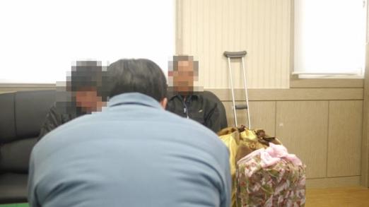 대전교도소에서 12년째 무기수로 복역 중인 서모(가운데·36)씨가 5일 면회 온 부모를 만나고 있다.