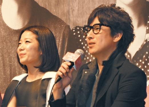 처음으로 함께 연극 무대에 서는 배우 이선균(오른쪽)·전혜진 부부가 5일 서울 중구 명동예술극장에서 기자간담회를 갖고 소감을 밝히고 있다. 명동예술극장 제공