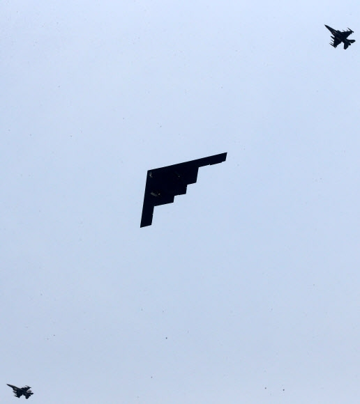 B-52를 대체하는 미군의 스텔스 전략폭격기인 B-2(스피릿)가 28일 오전 경기도 평택 오산 미공군기지 상공을 저공비행하고 있다. 군 소식통은 미 본토 미주리주 화이트맨 공군기지에서 전날밤 출격한 B-2가 국내의 한 사격장에 세워진 가상의 목표물을 타격하는 훈련을 했다고 밝혔다. 연합뉴스