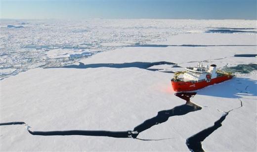 2010년 1월 26일 서남극 해상에서 우리나라 첫 쇄빙선인 아라온호가 1m 두께의 얼음을 깨며 쇄빙 능력을 시험하고 있다. 서울신문 포토라이브러리