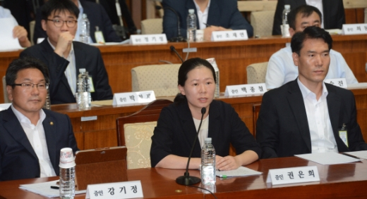권은희 전 수서경찰서 수사과장 19일 국정원의 댓글의혹 사건 규명을 위한 국회 국조특위가 열린 가운데 증인으로 출석한 권은희 전 수서경찰서 수사과장이 의원들의 질문에 답하고 있다. 안주영기자 jya@seoul.co.kr
