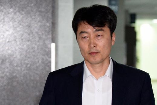 이석기 통합진보당 의원이 3일 오전 서울 여의도 국회 의원회관 자신의 의원실로 출근하고 있다. 지난 2일 국회는 본회의를 열어 정부가 제출한 이 의원에 대한 체포동의안을 보고 받았다. 2013. 9. 3 이호정 hojeong@