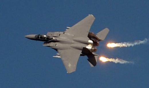 27일 오전 경기 성남 서울공항에서 열린 건군 제65주년 국군의 날 기념행사 최종리허설에서 F-15K가 플레어를 내뿜고 있다.  박지환 popocar@seoul.co.kr