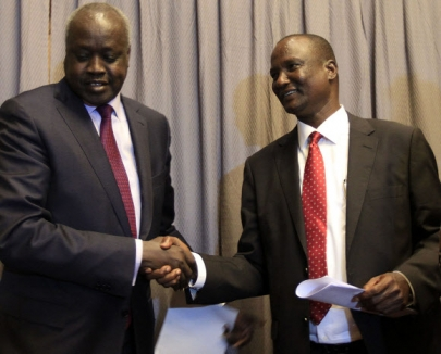 남수단 니알 뎅 니알(왼쪽) 정부측 협상대표가 평화협상을 하루 앞둔 지난 4일(현지시간) 에티오피아 아디스아바바에서 타반 뎅 가이 반군측 협상대표와 만나 악수하고 있다.  아디스아바바 AFP 연합뉴스tk/RBZ